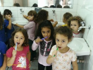 Escovando os dentes, aprendo a manter minha higiene.